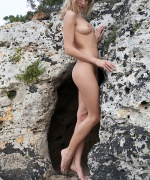 Errotica Archives super fox Iveta naked and spreading on the rocks outside.